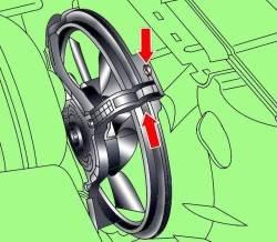 Расположение фиксатора кожуха и направление поворота при снятии вентилятора радиатора с электрическим приводом