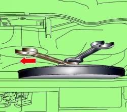 Отвинчивание болта крепления вентилятора радиатора с вязкостной муфтой