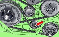 Расположение болта крепления натяжного ролика поликлинового ремня компрессора кондиционера