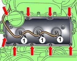 Расположение гаек крепления левой крышки головки блока цилиндров и трубки (1) возврата топлива