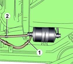 Расположение трубок подачи (1) и возврата (2) топлива около топливного фильтра