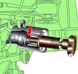 Ввинчивание поршня в суппорт с использованием специального инструмента 3272