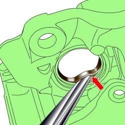 Использование монтажного клина для извлечения уплотнения из канавки цилиндра суппорта