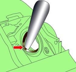 Использование монтажного клина для извлечения внешнего уплотнения из канавки цилиндра суппорта