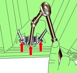 Отвинчивание регулировочной гайки крепления компенсатора и расположение пружин, фиксирующих оболочки тросов стояночного тормоза