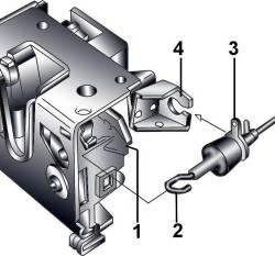 Крепление наконечника (1) тяги внутренней ручки открытия двери к рычагу (2) управления замком и направляющей тяги (3) к кронштейну замка (4)