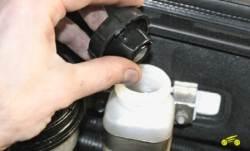 Места измерения глубины выемок на направляющей цепи привода масляного...