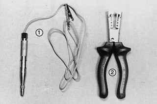 Электропробник (1) с зажимом типа «крокодил» и контактным наконечником и пассатижи (2) с изолированными ручками, с помощью которых можно снять изоляцию без повреждения провода