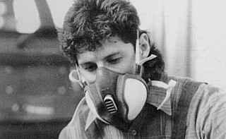 Использование специальной защитной маски при окраске или полировке больших поверхностей на автомобиле