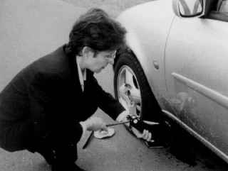 Домкрат, входящий в комплект автомобиля Fiesta, должен устанавливаться только в определенном месте на кузове автомобиля