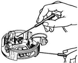 Проверка изолированных щеткодержателей стартера на замыкание с корпусом