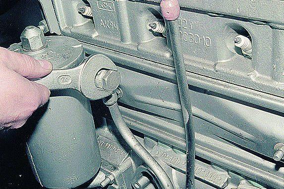 Снимаем головку блока (см. Снятие головки блока цилиндров).  Снимаем картер с двигателя (см. Разборка двигателя).