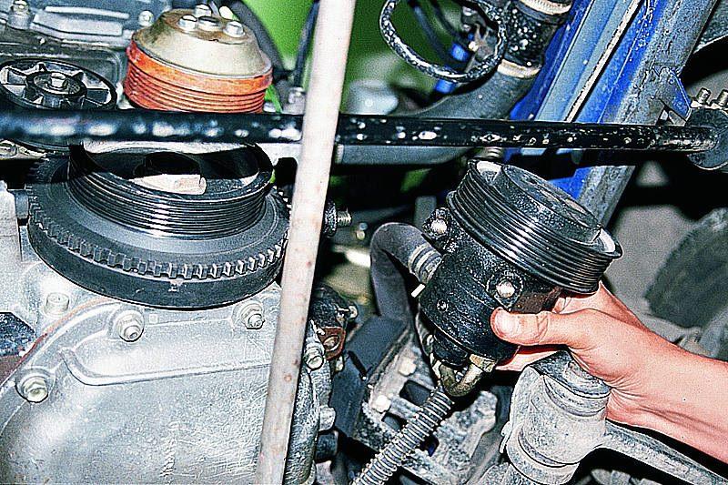 На автомобилях с гидроусилителем убираем с двигателя насос усилителя руля, не отделяя его шлангов (см...