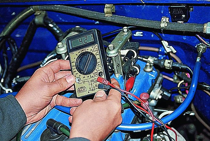 Отделяем высоковольтные кабеля от разъемов вторичной обмотки катушки зажигания.  Подключаем к выводам первичной...