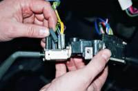 Отсоединяем разъемы от выводов выключателя указателей поворота, нарисовав схему их взаимного положения.