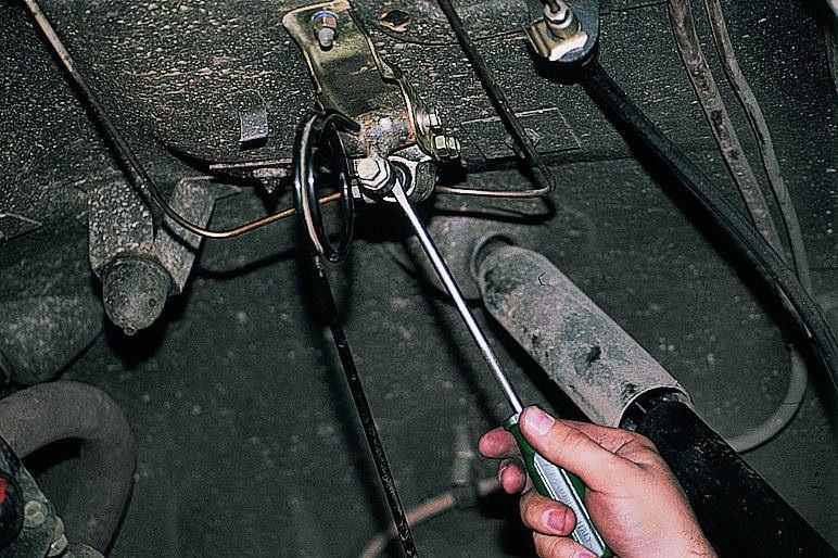 Если работа выполняется на подъемнике, то перед прокачкой заднего контура подожмите шток регулятора давления.