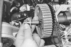 12 Киа Спектра замена сальника...  Замечание.  5. Открутите болт фиксации зубчатого шкива ремня привода...