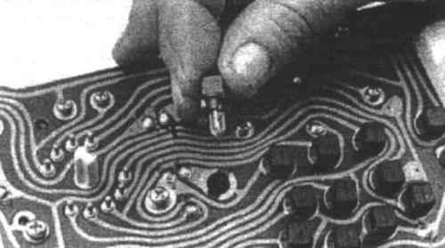 ПРЕДУПРЕЖДЕНИЕ.  Крышки коренных подшипников предназначены только для одного конкретного блока цилиндров...
