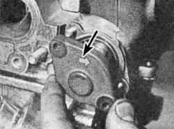 Установка натяжителя в сборе на головку блока цилиндров. Стрелка должна быть направлена в сторону от головки блока цилиндров
