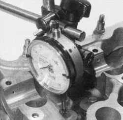 Поворот индикатора и установка его головки на торец стержня клапана
