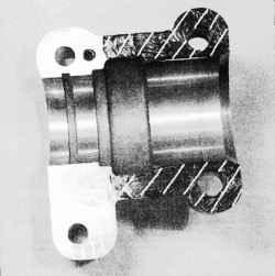 Нанесение герметика на крышку опоры распределительного вала выпускных клапанов (заштрихованная область)