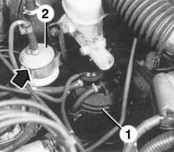 Размещение абсорбера (1) и топливного фильтра (2)