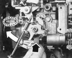 Установка ТНВД по меткам и отключение устройства для пуска холодного двигателя с помощью пластины толщиной 15 мм (только на двигателе CD20)