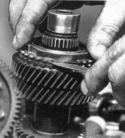 Проверка зазора между блокирующим кольцом синхронизатора и конусом шестерни