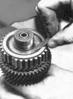 Измерение зазора стопорного кольца синхронизатора V передачи
