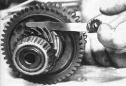 Проверка осевого зазора шестерни