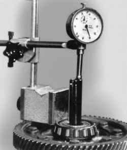 Измерение осевого перемещения полуосевых шестерен главной передачи