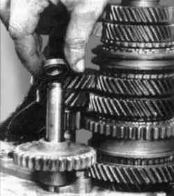 Установка распорной втулки на ось шестерни передачи заднего хода