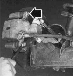 Болты крепления пальца направляющей тормозных колодок