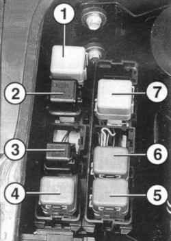 Расположение реле в монтажном блоке моторного отсека