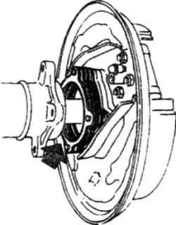 14.22 Регулировочные прокладки устанавливаются   между торцом балки заднего моста и корпусом подшипника и обеспечивают необходимый продольный люфт полуоси