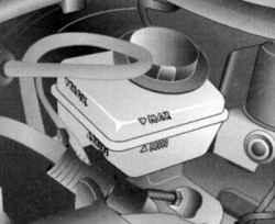 Проверка уровня тормозной жидкости в бачке гидропривода рабочей тормозной системы