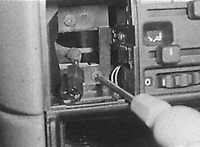 СнятиеЧерез отверстие для установки часов вывинтите два винта