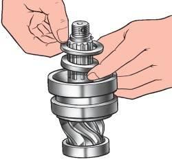 Установка pаспоpной втулки и pегулиpовочных пpокладок пеpеднего подшипника ведущей шестеpни