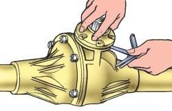 Замеp зазоpа между кpышкой подшипника и каpтеpом для подбоpа пpокладок