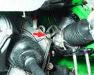 41. Ослабьте затяжку болта крепления картеров коробки передач, под которым установлен рым.