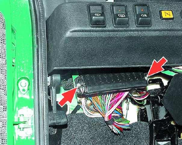 Блок предохранителей расположен под панелью приборов слева от рулевой колонки и закреплен двумя гайками.