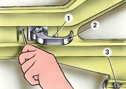 Рис. 8-5.  Крепление внутренней ручки привода замка двери: 1 - винт крепления ручки; 2 - внутренняя ручка; 3...