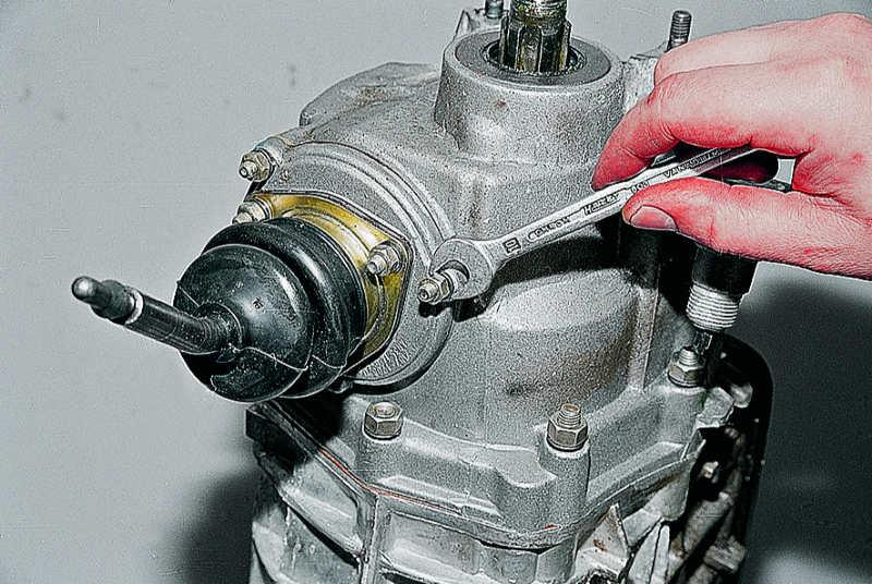 """Ключом  """"на 10 """" отворачиваем три гайки крепления шаровой опоры рычага переключения передач и."""