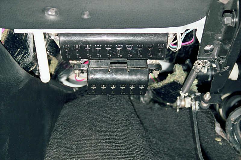 Цепи бортовой сети автомобиля (кроме силовой цепи стартера) защищены плавкими предохранителями, которые установлены в...