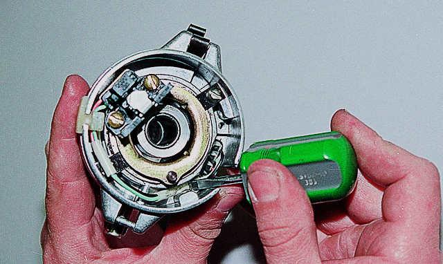 Перед установкой вакуумного регулятора аккуратно укладываем проводку датчика.