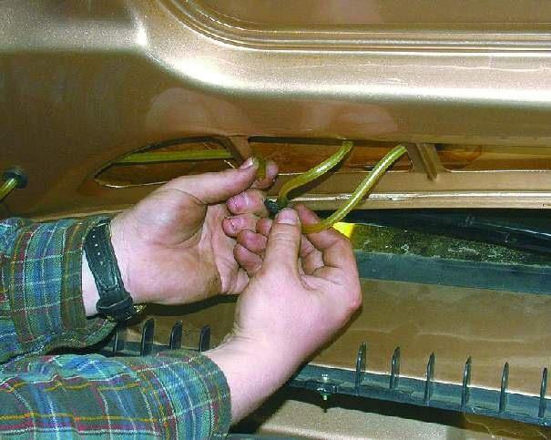 Отсоединяем шланг омывателя стекла