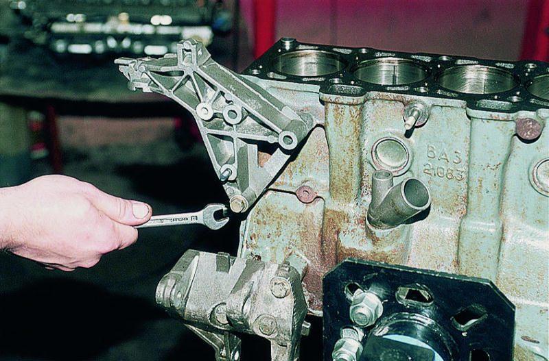 Устанавливаем болты крепления и затягиваем их в три приема по схеме см рис двигатель ваз 2110 двигатель ваз 2112...