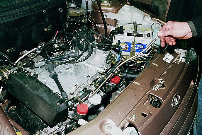 7.1.8. Снятие топливной рампы и регулятора давления топлива двигателя ВАЗ-2112.
