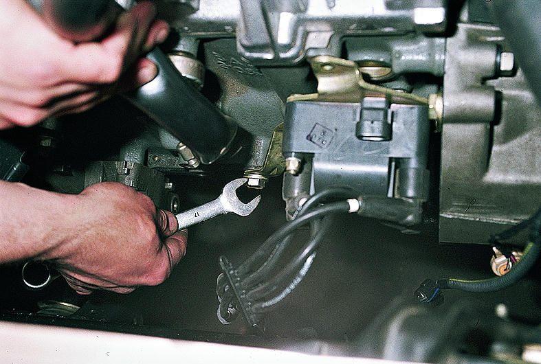 """Ключом  """"на 17 """" ослабляем болт нижнего крепления кронштейна модуля зажигания к..."""