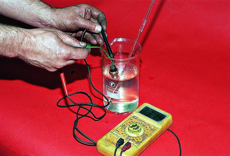 Так же стоит проверить ДТОЖ на ЭБУ.  Для проверки опускаешь датчик в сосуд с охлаждающей жидкостью и подогреваешь его.